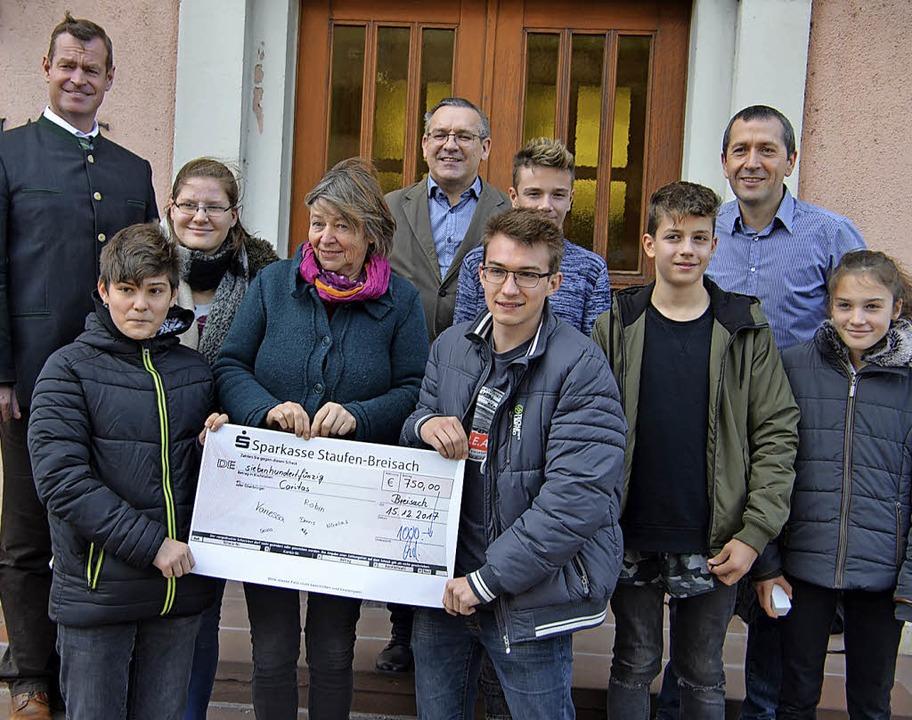 Einen Scheck über  750 Euro für bedürf... waren bei der Spendenübergabe dabei.   | Foto: HAns-Jochen voigt