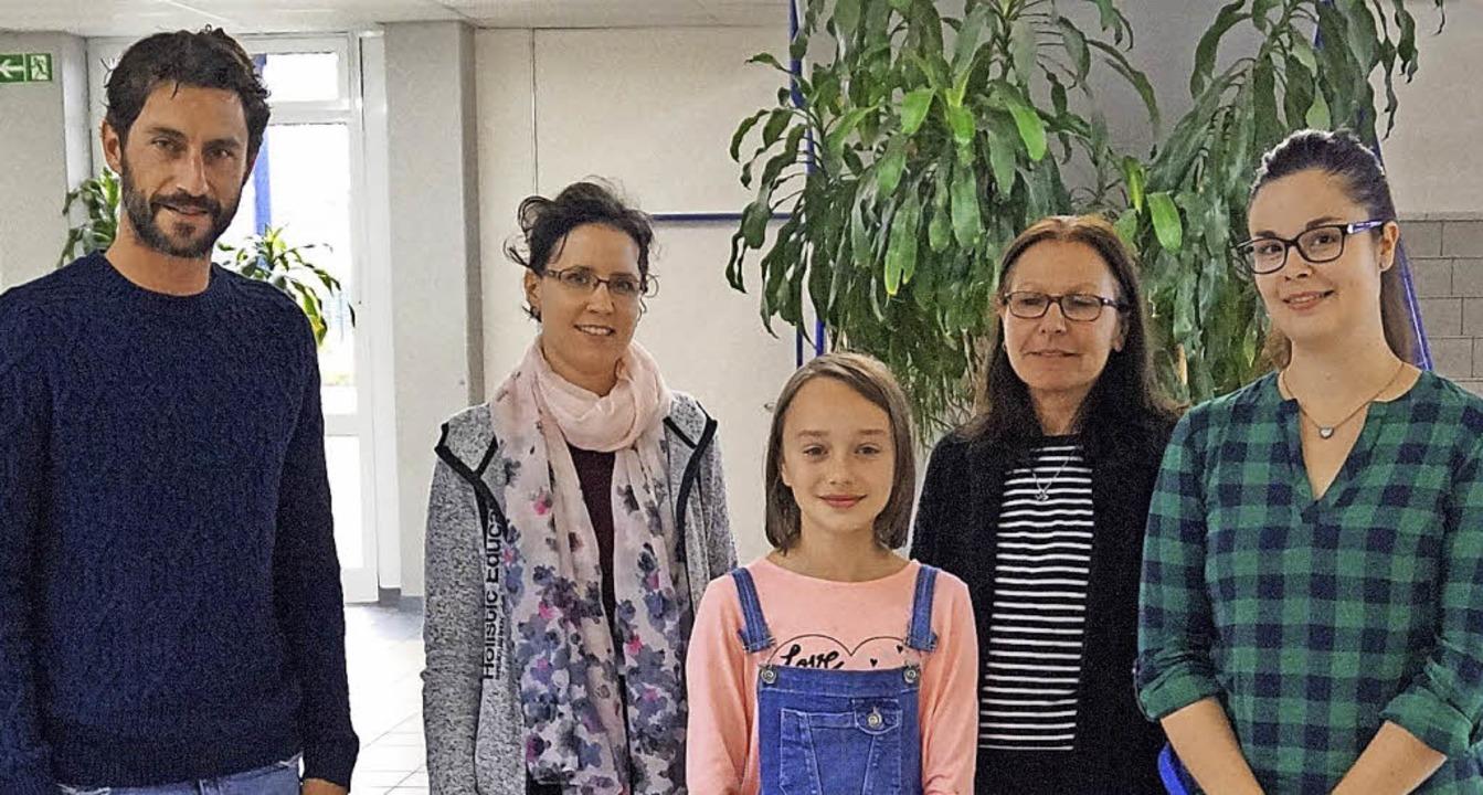 Rima Eich (Mitte) hat den Vorlesepreis...en. Mit ihr freuten sich ihre Lehrer.   | Foto: Privat