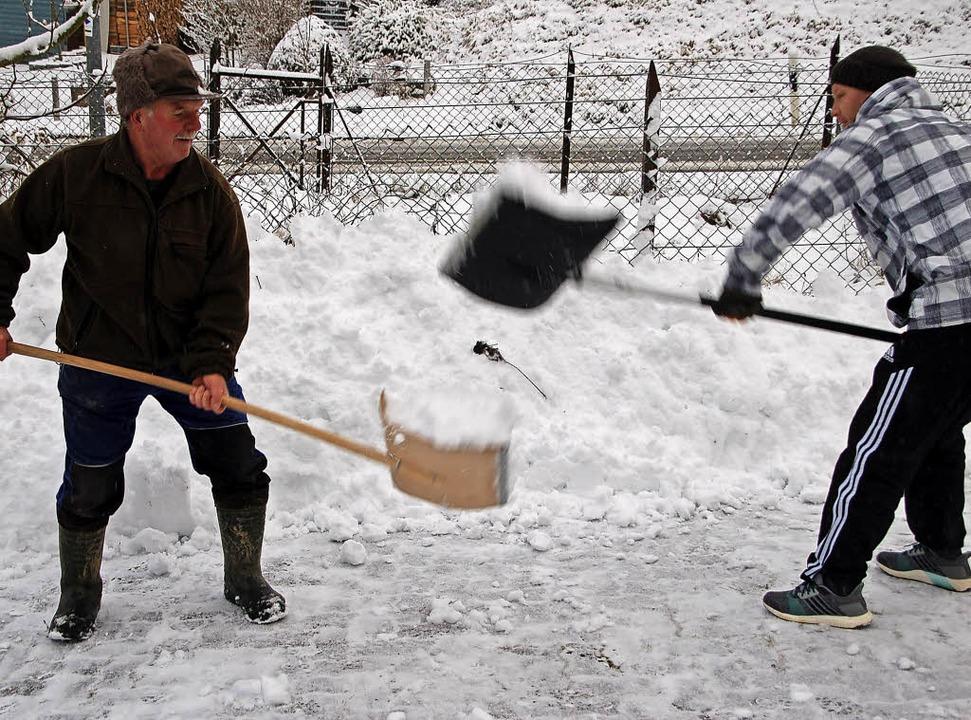 Schneeschippen war am Montag in vielen Orten angesagt – auch in Minseln.     Foto: Petra Wunderle