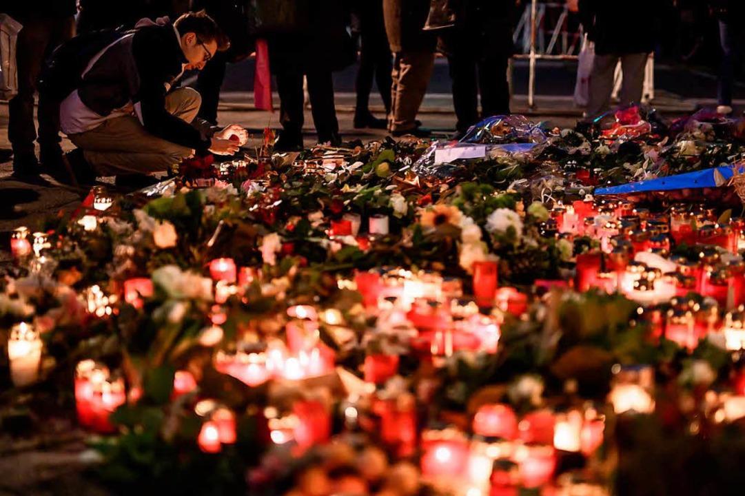 Zwei Tage nach dem Terroranschlag legt...Blumen nieder und zündeten Kerzen an.   | Foto: AFP