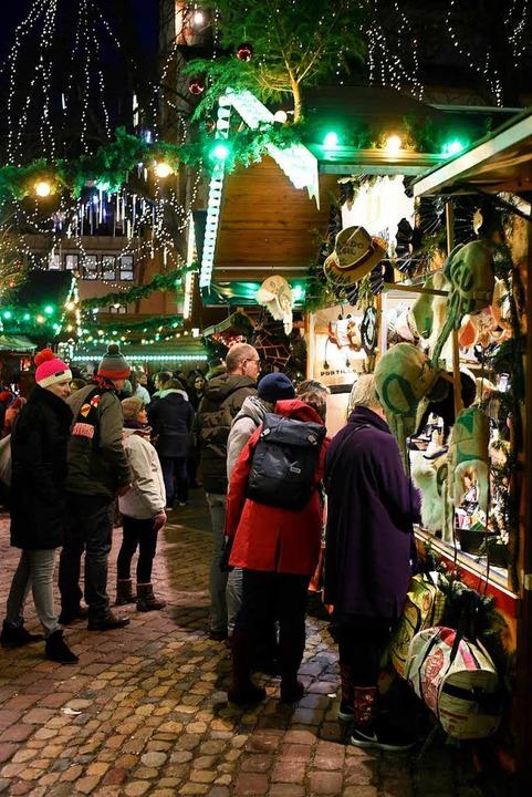 Abends drängen sich viele Besucher an den Ständen.  | Foto: Thomas Kunz