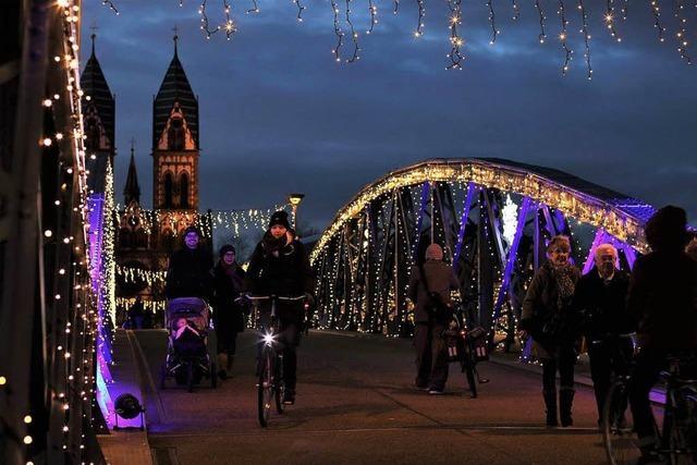 40.000 LED-Lämpchen lassen die Blaue Brücke weihnachtlich leuchten