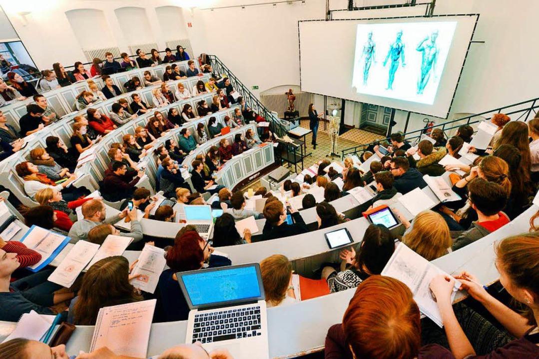 Auswahlkriterien fürs Medizinstudium müssen neu geregelt werden.  | Foto: dpa