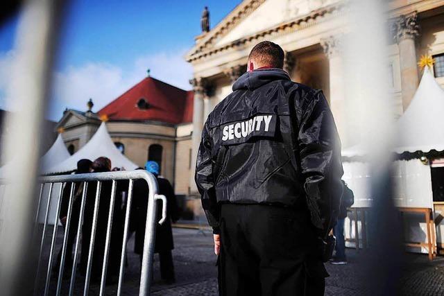 Vier Männer stehlen in Littenweiler einem Security-Bediensteten den Rucksack