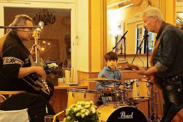 Generationsübergreifende Spontanrockband spielt im