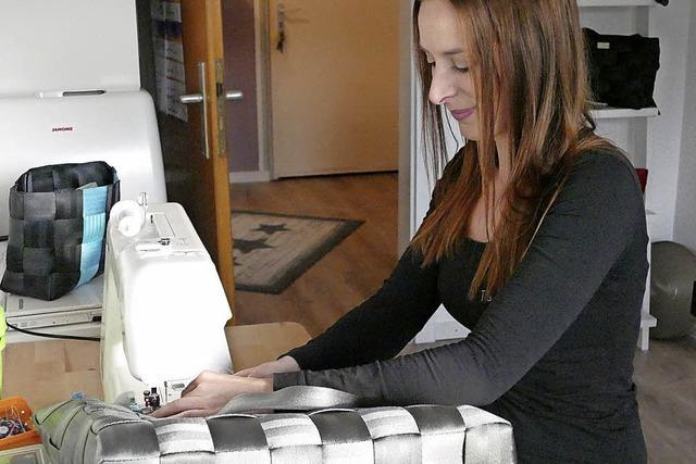 Mit Nähmaschine und Autogurten Taschen machen
