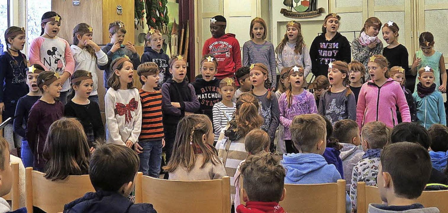 Der Chor der Sommerbergschule besingt das Märchen vom Sterntaler.   | Foto: Uli Führe