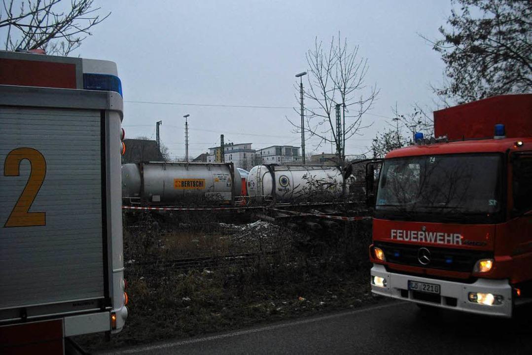 Die Feuerwehr hat den Abstellplatz des Waggons weiträumig abgesperrt.    Foto: Ulrich Senf