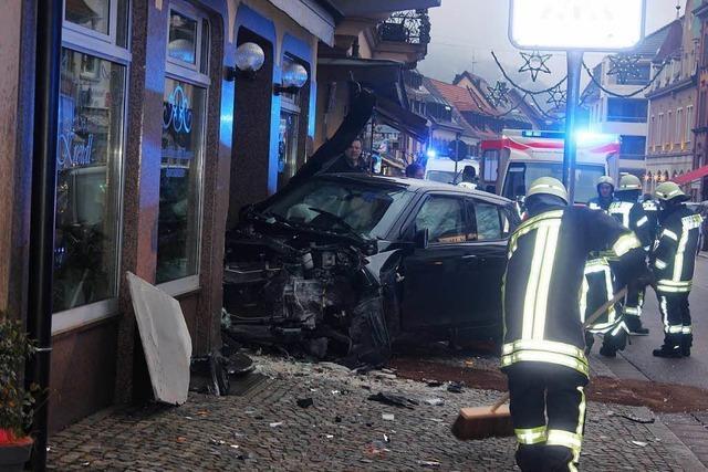 Tödlicher Crash bei Suggental – Auto prallt gegen Bäckereieingang