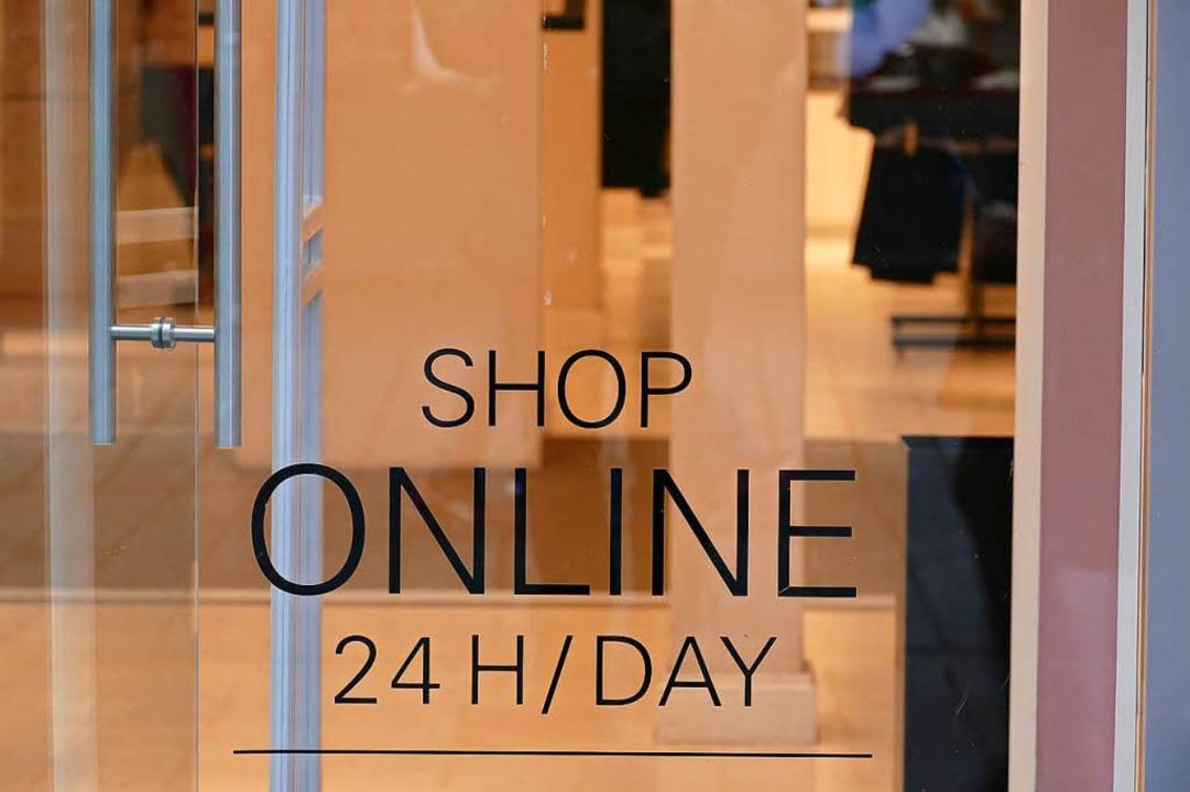 Ein Lörracher Geschäft weist auf seinen Onlineshop hin.  | Foto: Jannik Jürgens