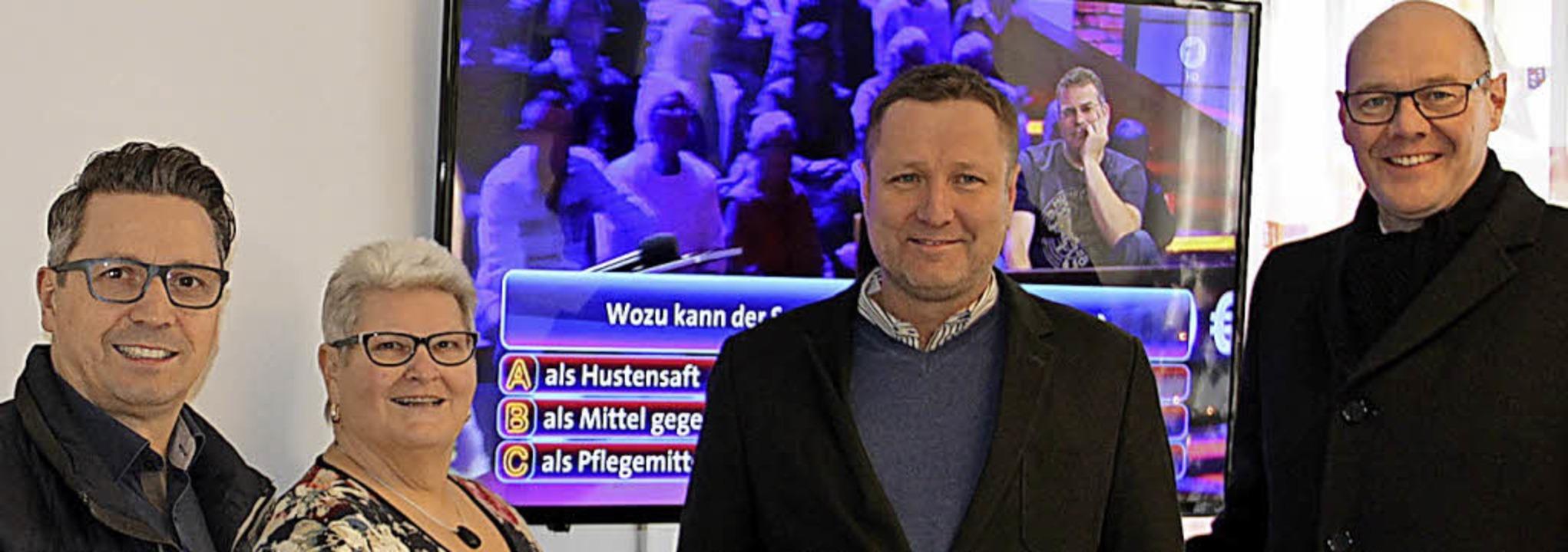 <BZ-FotoAnlauf>Bürgerstiftung:</BZ-Fot...mit dem neuen Fernsehgerät (von links)    Foto: Privat