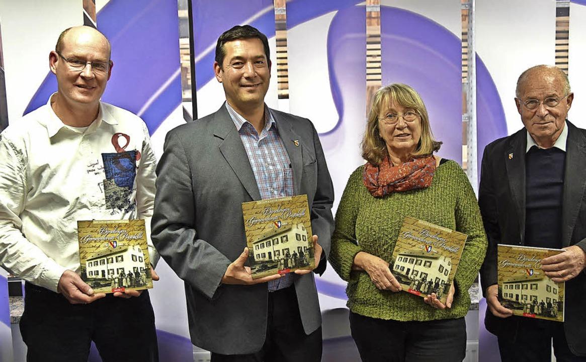 Patrick Dirr vom gleichnamigen Medienh...on links)  stellen das neue Buch vor.   | Foto: Max Schuler