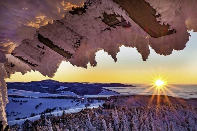 Das verschneite Münstertal unter der Nebeldecke