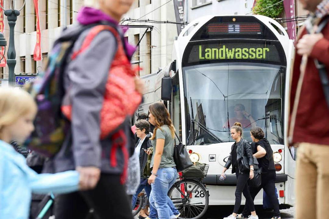 Der Mann wurde in einer Tram der Linie...nzmattenweg festgenommen (Symbolbild).    Foto: Ingo Schneider