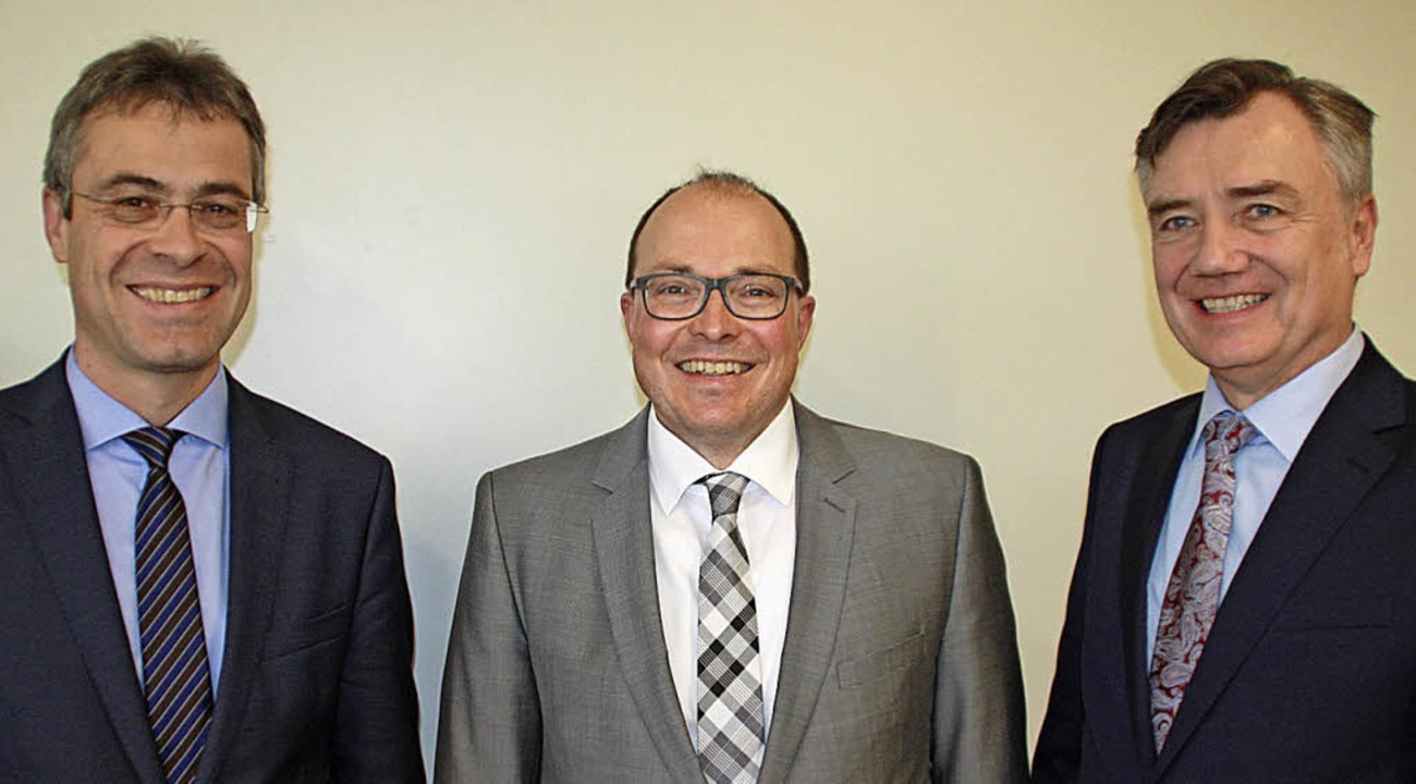 Carsten Schnell (Mitte), der neue Dire...kus Siebold (rechts) vom Landratsamt.   | Foto: Gerd Leutenecker