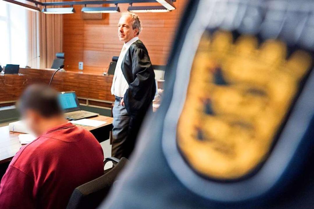 Hussein K. (links)  beim Prozessbeginn...ihm sein Verteidiger Sebastian Glathe.  | Foto: dpa
