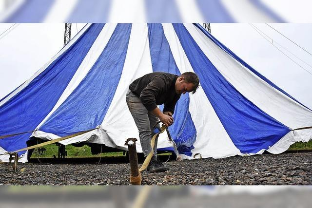Der Aufbau des Zelts ist Handarbeit