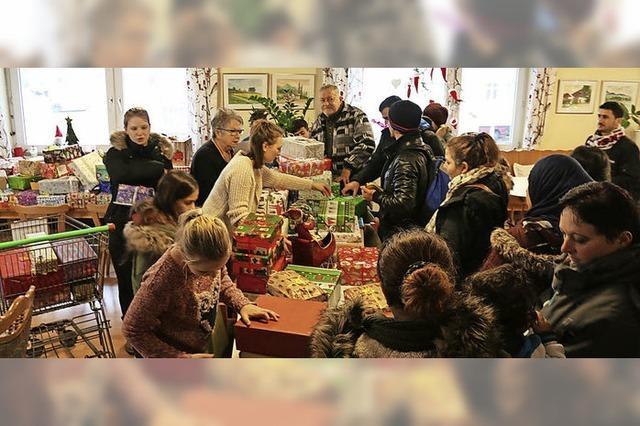 Schüler packen 100 Geschenke für den Tafelladen