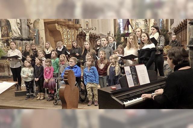 Kinder zeigen Freude am Gesang