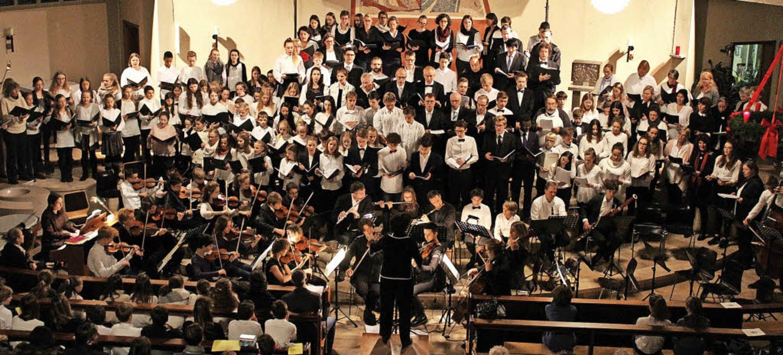 Der gemeinsame Auftritt aller Chöre un...bastian ist jedes Jahr eindrucksvoll.     Foto: Erich Krieger