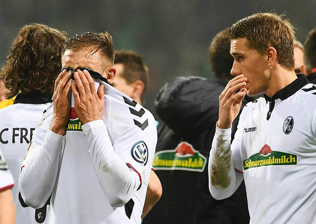 Der Frust sitzt tief:  Caleb Stanko (l... Schlusspfiff  im Bremer Weserstadion.  | Foto: dpa