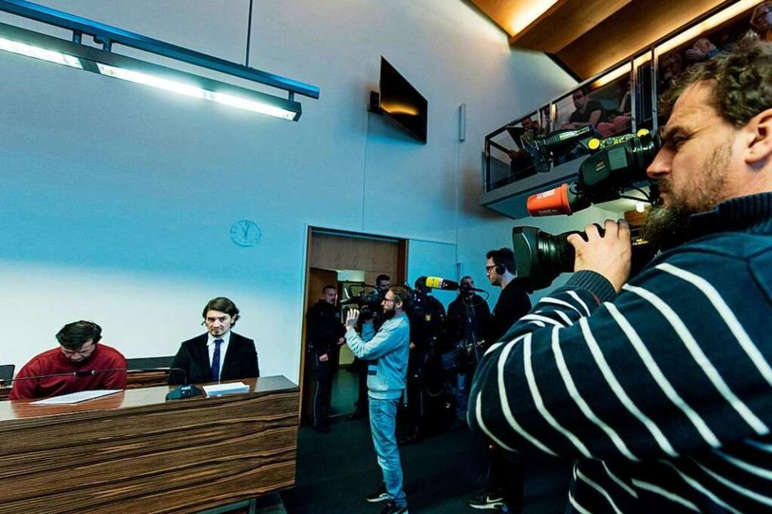 Catalin C. auf der Anklagebank im Groß...er Urteilsverkündung wieder sehr groß.    Foto: dpa