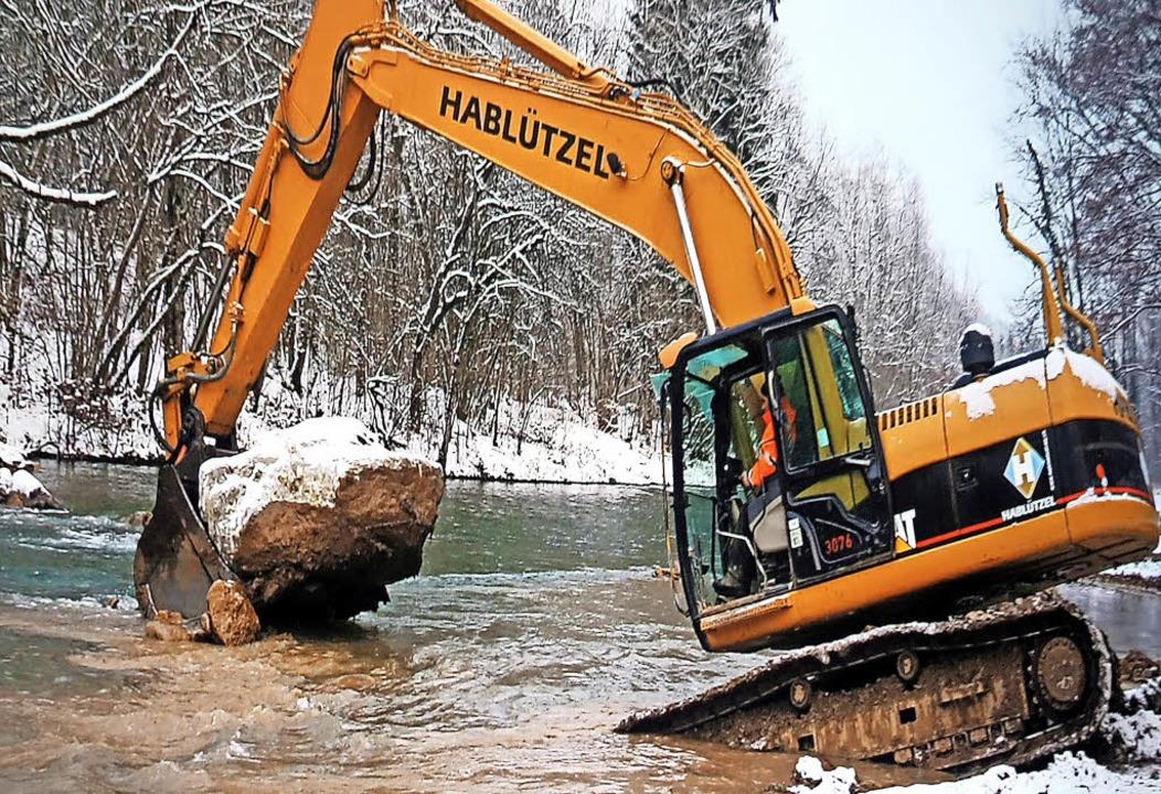 Der Bagger hat auf der Schweizer Ufers... Flussbett mit schweren Hindernissen.   | Foto: Standfoto:  Video Jürg Schulthess