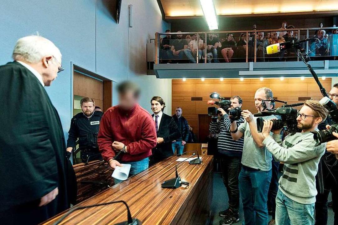 Catalin C. (rotes Oberteil) vor der Urteilsverkündung im Freiburger Landgericht  | Foto: Patrick Seeger/dpa