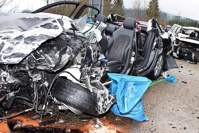 Zwei Menschen sterben bei schwerem Unfall auf der B31 bei Neustadt