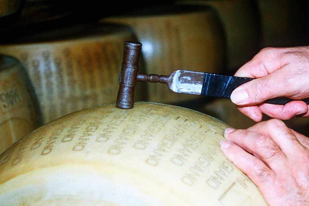 Erfolgreiches italienisches Milchprodu...en Hammer auf den Parmigiano Reggiano.  | Foto: Verwendung nur in Deutschland, usage Germany only