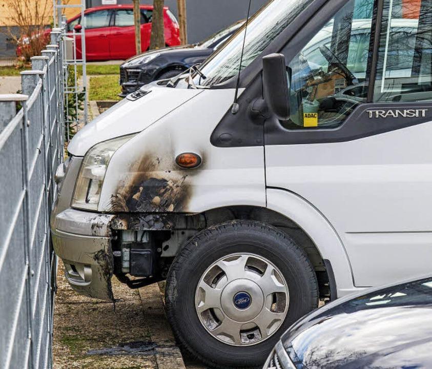 Auf dem Parkplatz vor dem Kindergarten...es Wohnmobil in Brand gesteckt worden.  | Foto: Olaf MIchel