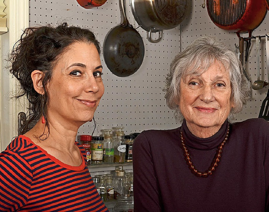 Kochen als Erinnerung: Sonya Gropman (links) und Gabrielle Rossmer Gropman   | Foto: DPA