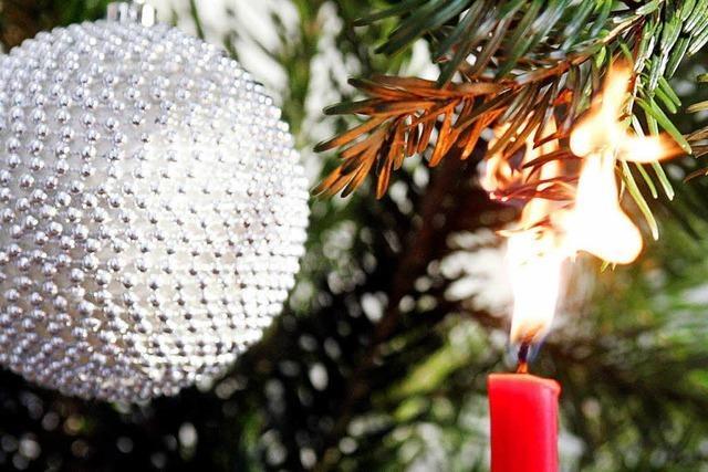 Weihnachtsbaum gerät in Brand - 25 Bewohner evakuiert