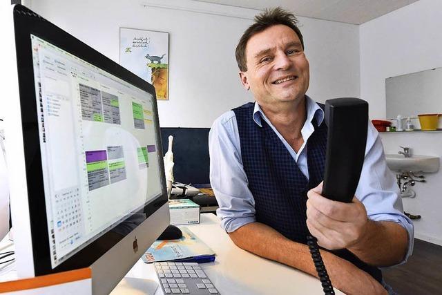 Urologe wurde mit selbstgedichtetem Warteschleifen-Lied zum Internet-Star
