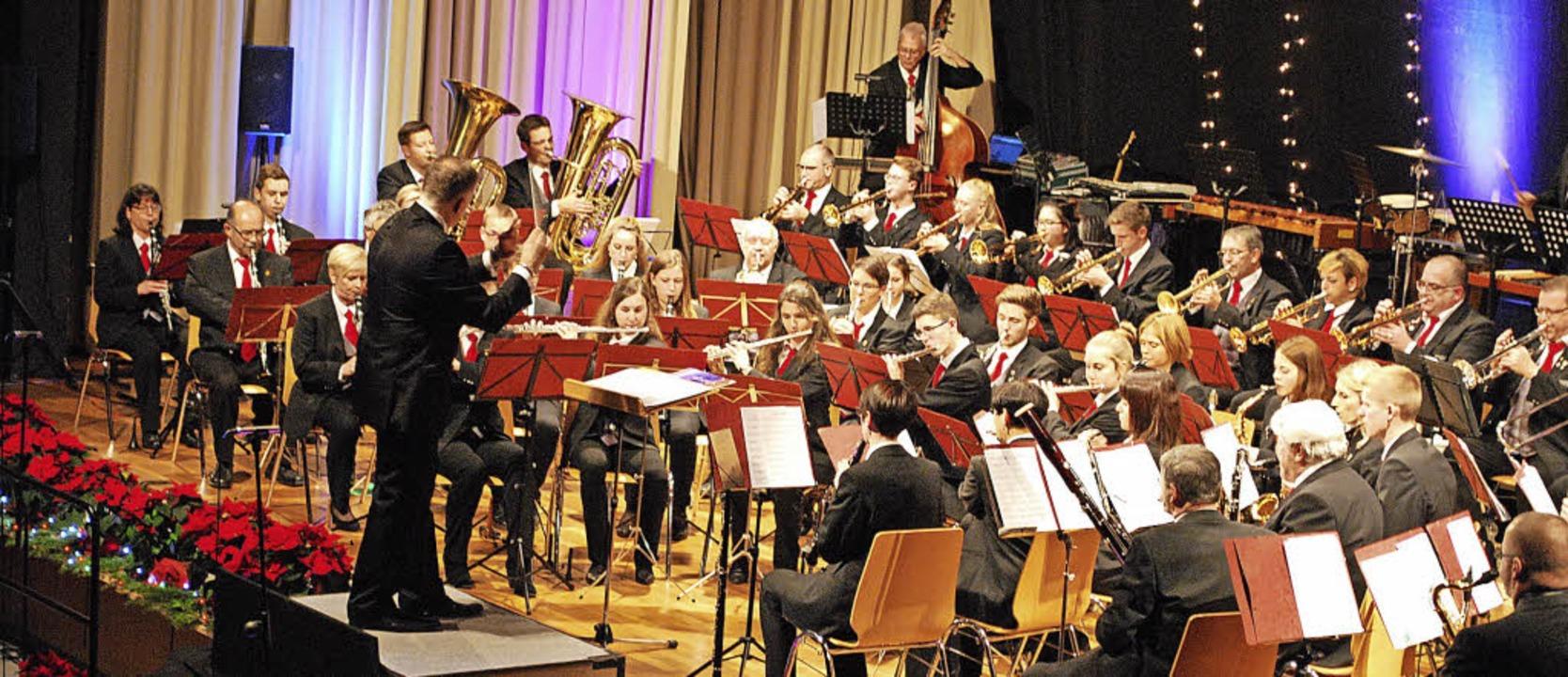 Bühnenfüllend: Das Orchester der Stadtmusik unter Leitung von Stephan Rinklin  | Foto: Sylvia-Karina Jahn