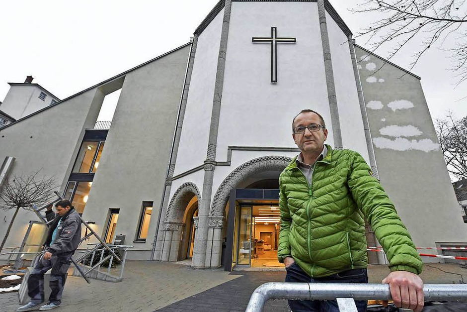 Diakon Norbert Aufrecht hat seinen ersten Gottesdienst in der frisch sanierten Kirche schon hinter sich – und freut sich auf weitere. (Foto: Michael Bamberger)
