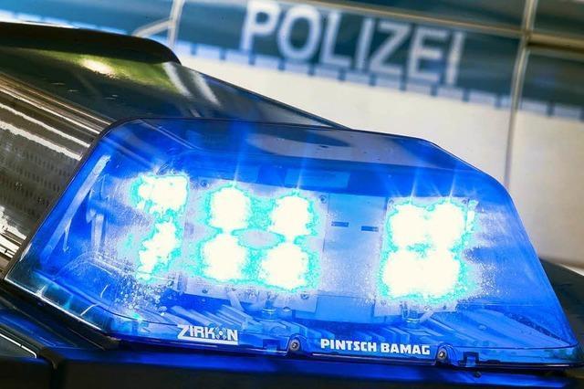 Auto kommt wegen Schneeglätte bei Utzenfeld in Schleudern