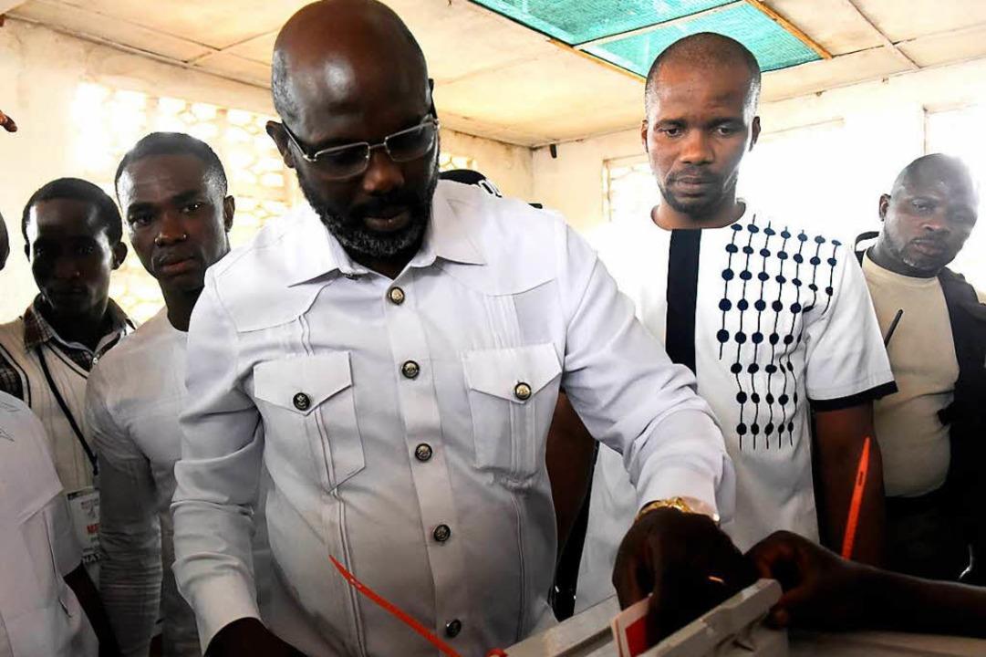 Weah gibt seine Stimme ab.  | Foto: AFP