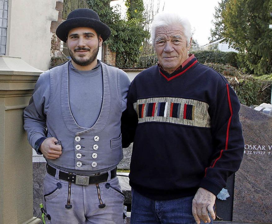 Zwei Generationen: Jungmeister Enrico ...iamantenen Meisterbrief erhalten hat.   | Foto: Heidi Fössel