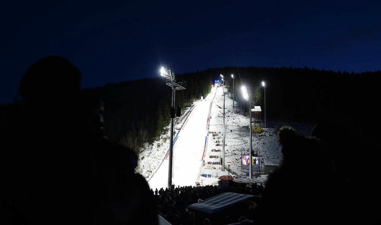 Flutlichtatmosphäre beim Weltcup in Ti... viel Geld in Schuss gehalten werden.   | Foto: dpa
