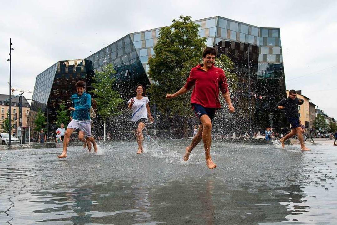 Wasserspaß im GedenkbeckenAnstößig:  | Foto: dpa