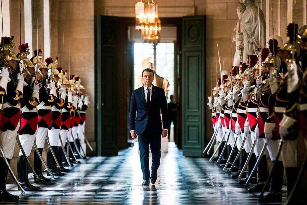 Unterwegs von seiner Wolke zurück zur ... Macron im Juli im Schloss Versailles   | Foto: AFP
