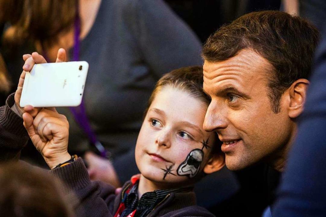 Einer von euch: Macron in der Menge  | Foto: AFP