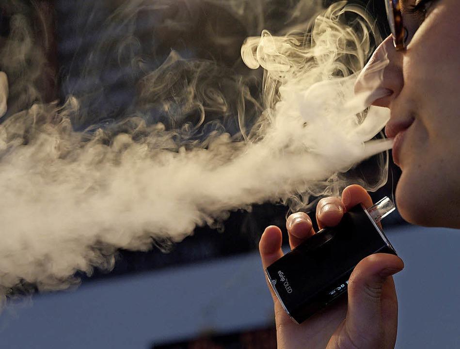 Immer mehr Raucher steigen auf die E-Z... schätzen sie als  Ausstiegsmittel.     | Foto:  dpa