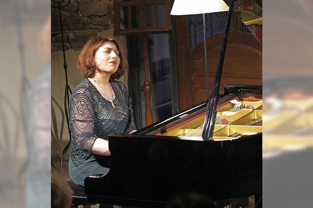 Klavierspiel in klaren Farben und extremen Kontrasten
