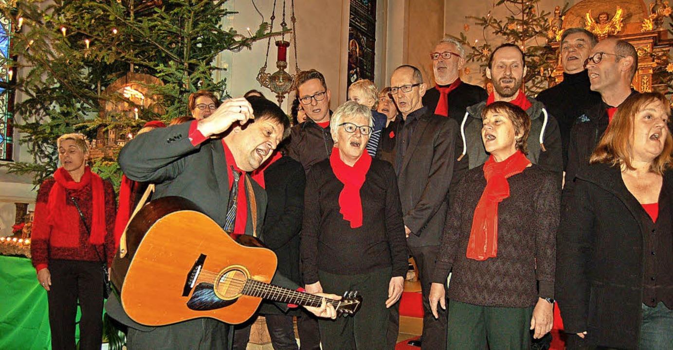Die Arion Singers aus Waldkirch und Pastoralreferent Georg Mattes aus Endingen.   | Foto: Christian Ringwald