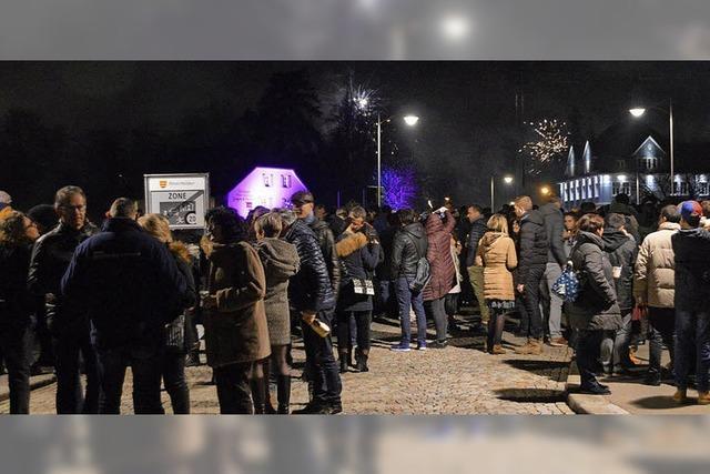 Massen stoßen auf der Rheinbrücke an
