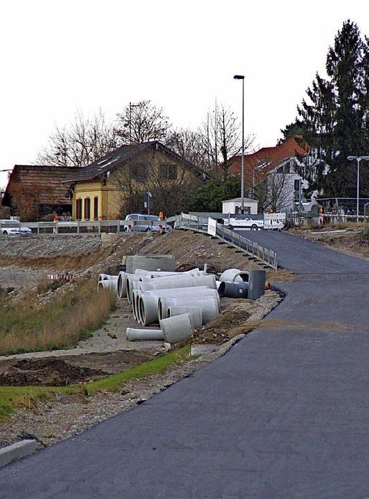 Hier rollt künftig der Verkehr am bish...ndesstraße westlich des Bahnübergangs.  | Foto: Rolf Reißmann