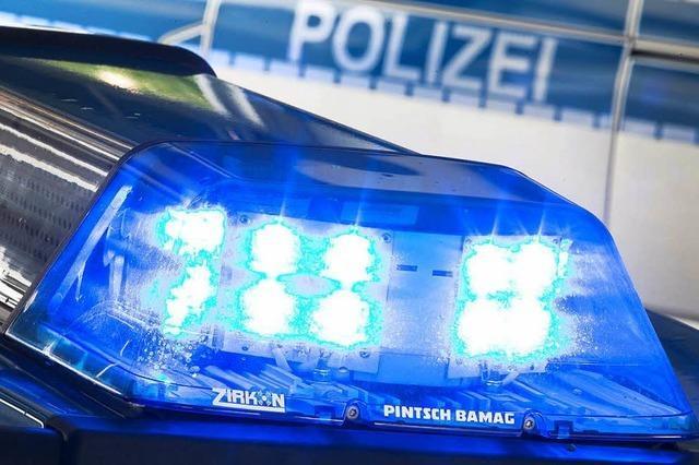 Auto bleibt auf dem Dach liegen – Fahrer flieht vor der Polizei