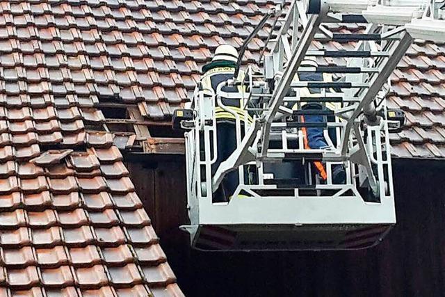 Steinen: Dachziegel fallen von der Petruskirche